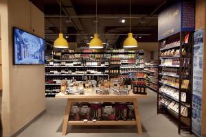 Carrefour Market Vivi di Gusto rappresenta un nuovo concept dedicato ai food lover, con un assortimento più ampio di specialità, a marchio e non, e di prodotti top di gamma, oltre a spazi per show cooking