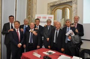 Al centro Paolo Cattabiani (sin.) e Turrini. Subito a destra Pedroni, pres. di Coop Italia e alle sue spalle Zucchelli, pres. Coop Estense. Il primo da sinistra è Lusetti, presidente Legacoop e primo da destra Stefano Bassi, pres. Ancc-Coop