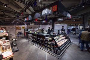 Lo spazio Sushi, ormai un appuntamento fisso introdotto negli ipermercati da oltre un anno. Con questa soluzione Carrefour è il primo venditore di sushi in Italia