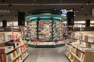 Al centro dell'area dedicata ai libri e all'intrattenimento è stata collocata una vera e propria edicola, per rendere più chiaro dove trovare quotidiani e riviste