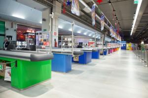 Il colore rappresenta uno degli elementi caratterizzanti di questo ipermercato, che ha l'obiettivo di incrementare instore la presenza della clientela che passa per il mall del centro commerciale. Le casse (La fortezza) di diversi colori, sormontati da lampadari che rispettano i toni, sono un elemento disruptive