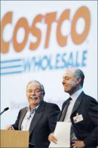 Il Ceo di Costco Jim Sinegal, a sinistra, e Jeffrey Brotman, presidente del Consiglio di Amministrazione