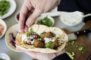 La ricetta proposta per le polpette: con il pane pita, insalata e salsa allo yogurt