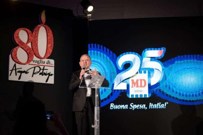 Patrizio Podini sul palco festeggia i suoi 80 anni e i 25 di MD