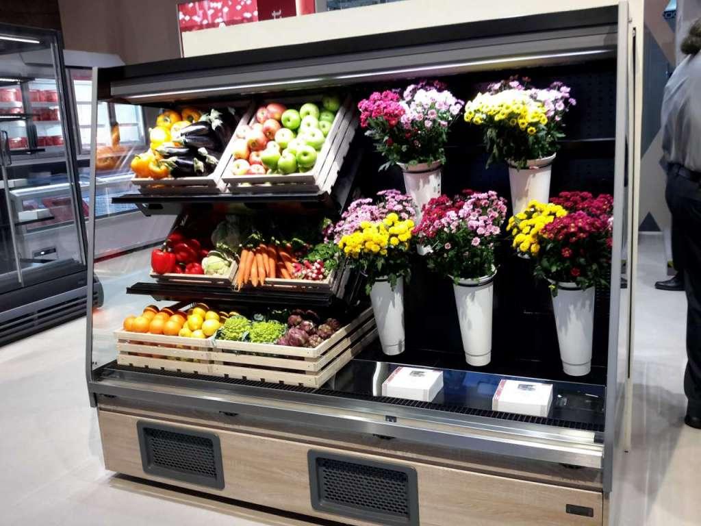 Per gli hard discount il banco che abbina frutta verdura e fiori recisi